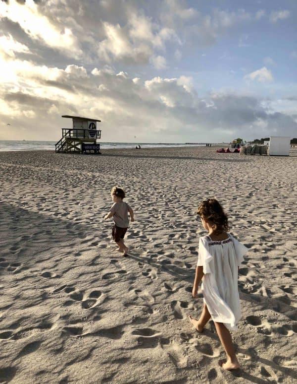 Summer Essentials – so bist du perfekt für den nächsten Strandurlaub mit Kindern ausgestattet
