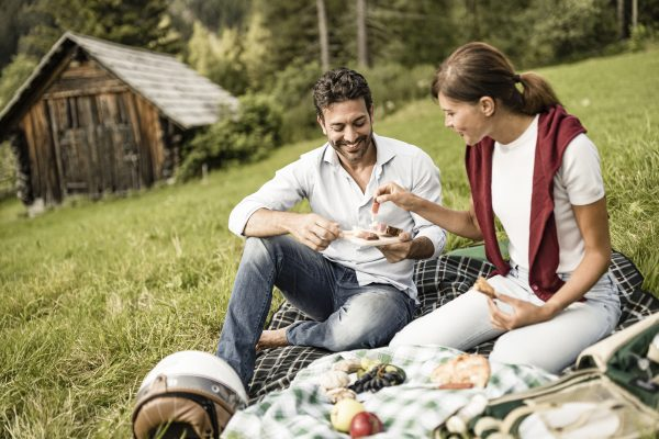 Culinary outdoor dining: What belongs in a picnic basket?